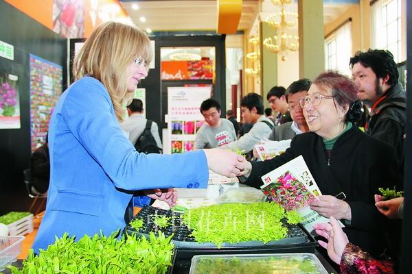 首次参展的荷兰观赏蕨类种苗商Vitroplus向观众免费派发蕨类种苗